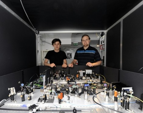 Dr Radoslaw Chrapkiewicz (right) and doctoral student Michal Jachura at the apparatus for registration of holograms of single photons at the Faculty of Physics, University of Warsaw. Photo: Grzegorz Krzyżewski