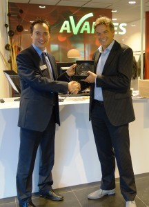 Benno Oderkerk of Avantes receives Phoenix award from Carlos Lee of EPIC