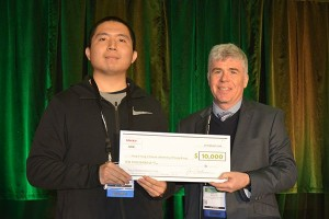Mentor Graphics Steffen Schulze presents Haoyu Yang with the 10000 check