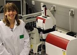 Dr Rosalie Driessen with the JPK NanoTracker optical tweezers system located at the Leiden Institute of Chemistry