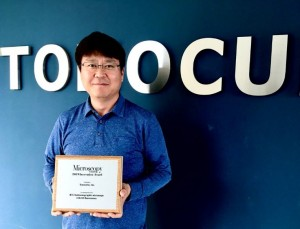 Mr Kenny Kihyun Hong, CEO and joint founder of Tomocube receives the Microscopy Today 2019 Innovation Award for its revolutionary HT-2 holotomography microscope with 3D fluorescence capability